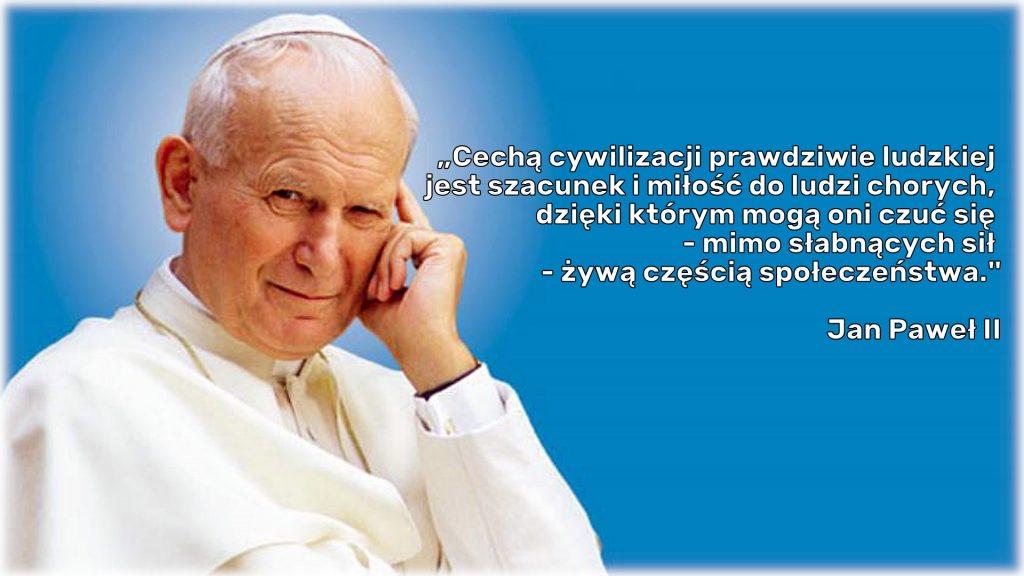 Uśmiechnięty i zamyślony św. Jan Paweł II, obok niego tekst Misji Domu.